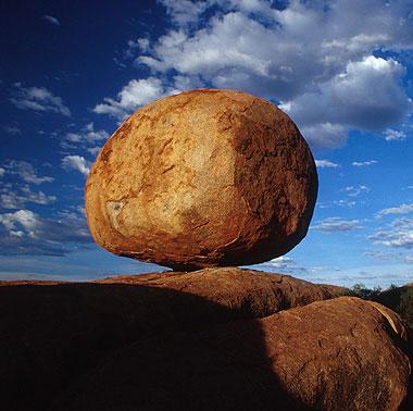 rocher en équilibre